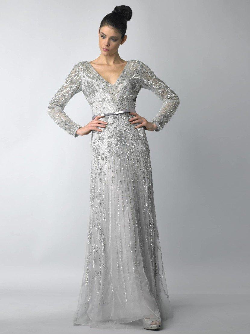 Вечернее платье серебряного оттенка.