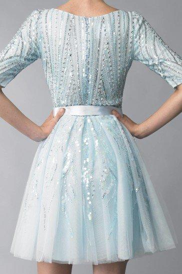 Голубое короткое вечернее платье.