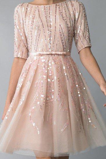 Короткое вечернее платье с пышной юбкой.