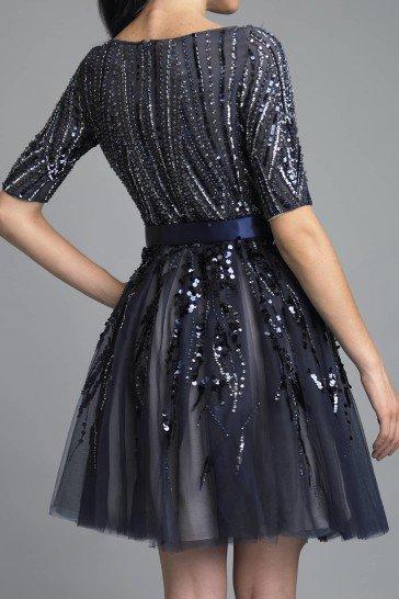 Короткое вечернее платье с блестками.