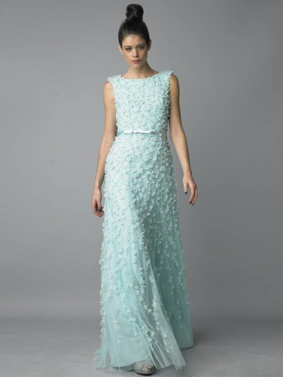Оригинальное вечернее платье с экстравагантной отделкой станет лучшим образом вечера.  Прямой силуэт и вырез бато на закрытом декольте создают классическую и стильную основу, а объемный декор задает особое настроение. Платье полностью расшито объемными цветами и сияющими стразами.  Прозрачная многослойность юбки придает образу легкость, а глянцевый атласный пояс идеально дополняет его, акцентируя внимание на области талии.