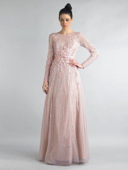 Элегантное вечернее платье прямого силуэта с закрытым верхом и длинным рукавом будет уместно на самом торжественном мероприятии. Светлый розовый оттенок ткани смотрится свежо и нежно, оттеняя тон кожи обладательницы платья.  Тонкая талия подчеркивается небольшим поясом и выразительной отделкой из объемных цветов и вышивки.  Сияющие нити, которыми расшита ткань, украшают и подол, и длинный полупрозрачный рукав платья.  Купите это платьедля похода на свадьбу или встречи НовогоГода!