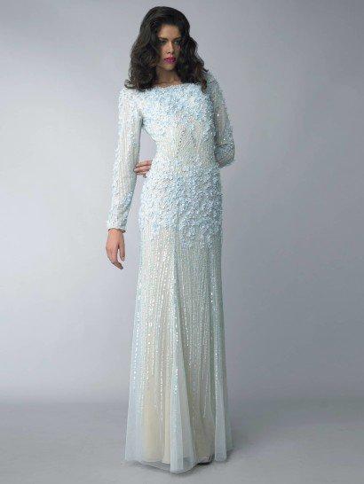 Вечернее платье голубого цвета сдержанно очерчивает фигуру.  Закрытый верх и длинный рукав в сочетании с юбкой макси позволяют использовать такой образ для самых торжественных мероприятий.  Отделкой вечернего платья служат маленькие цветы.  Их объем и текстура придают образу выразительность.  Кроме того, всю ткань покрывают сияющие полосы вышивки, которые вытягивают фигуру и делают платье ярче.  Платье идеальноподойдет для встречи Нового года 2016!
