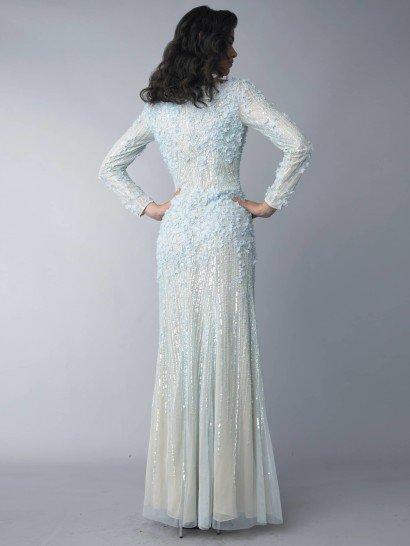 Закрытое вечернее платье голубого цвета.