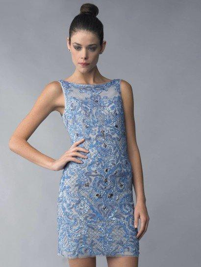 Элегантное вечернее платье мини демонстрирует все достоинства фигуры, ненавязчиво облегая силуэт обладательницы.  Нежный голубой оттенок прекрасно сочетается со сдержанным кроем с закрытым декольте в форме лодочки. Край юбки демонстрирует многослойность ткани, а полупрозрачная спинка добавляет кокетливое настроение.  Вечернее платье полностью расшито пайетками, стразами и сверкающей нитью. Изысканный узор вышивки позволяет обойтись минимумом аксессуаров.