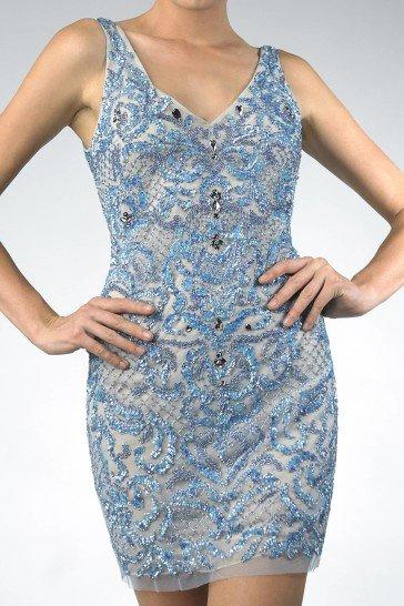 Открытое вечернее платье с короткой юбкой.