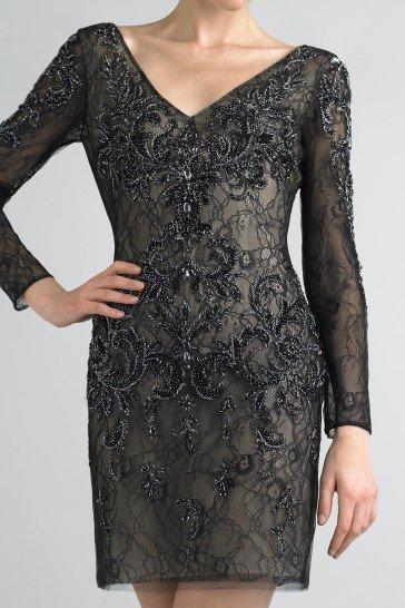 Коктейльное платье с V-образным декольте.