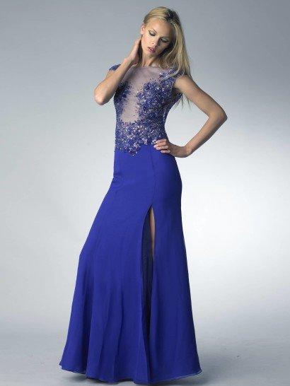 Вечернее платье прямого силуэта смотрится смело и ярко благодаря насыщенному синему цвету ткани и выразительному крою. Сзади спину открывает глубокое V-образное декольте, а спереди высокий разрез позволяет продемонстрировать ноги.  Верх платья выполнен из прозрачной ткани синего оттенка и плотно расшит пайетками в тон, образующими лиф и полностью покрывающими область талии. Сияющая вышивка украшает также спинку платья.