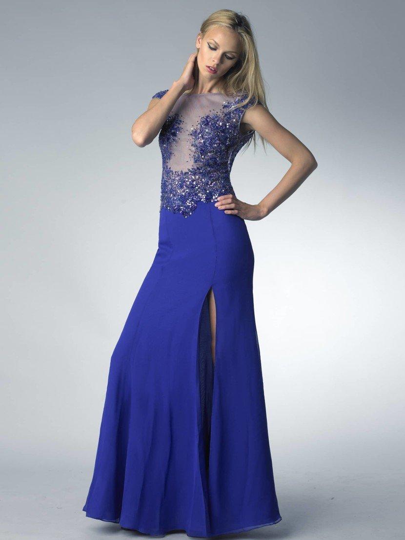 Синее вечернее платье прямого силуэта.