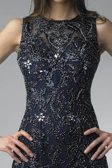 Коктейльное платье с роскошной отделкой.