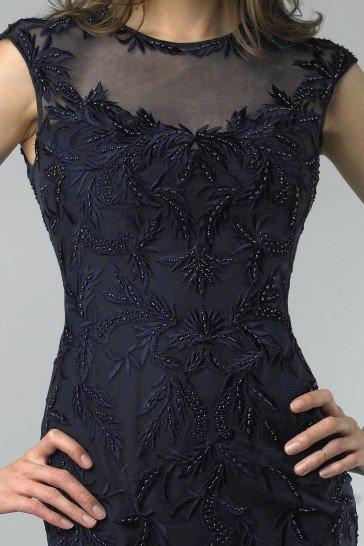 Маленькое коктейльное платье темно-синего цвета.