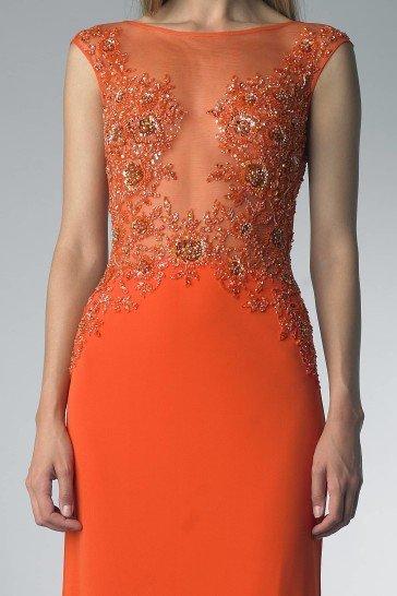 Яркое вечернее платье оранжевого цвета.
