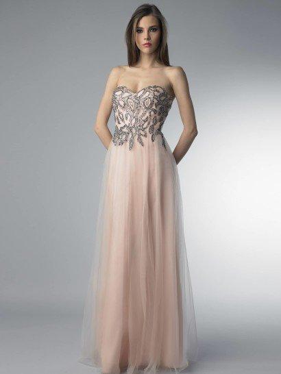 Открытое вечернее платье с многослойной прямой юбкой длиной в пол.  Нежный розовый оттенок ткани будет уместным по любому поводу. Красиво его оттеняет сочетание с темной серебристой отделкой, покрывающей сияющим растительным узором весь лиф.  Ниспадающая объемными волнами юбка выполнена из нескольких слоев ткани, верхний из которых – полупрозрачный, благодаря чему платье не выглядит тяжеловесно.  Сочетание выразительного декора верха и многослойности низа позволяют обойтись минимумом аксессуаров.