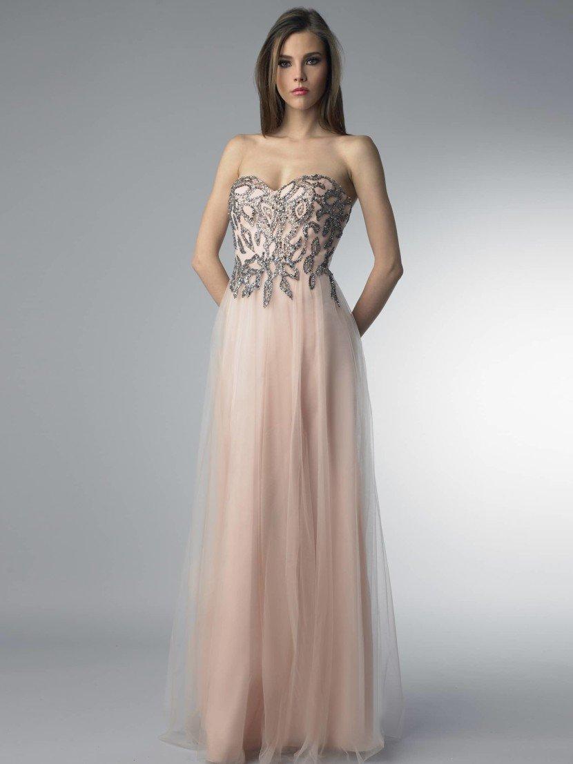 Открытое расшитое вечернее платье.