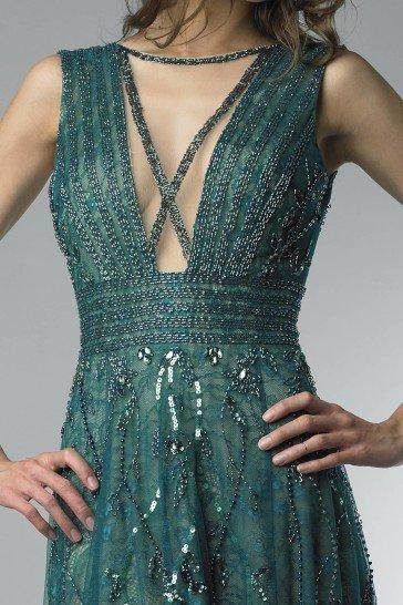 Вечернее платье изумрудного цвета.