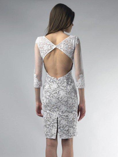 Белое кружевное коктейльное платье.