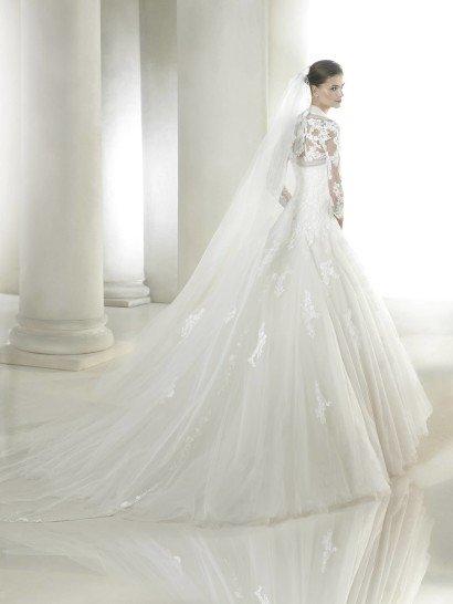 Открытое свадебное платье А-силуэта.