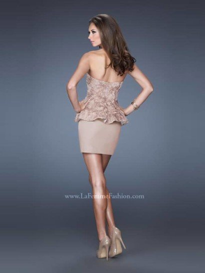 Короткое бежевое коктейльное платье.