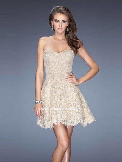 Открытое белое короткое платье.
