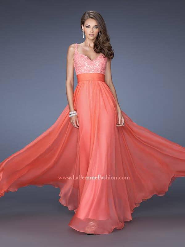 Красное вечернее платье с поясом.