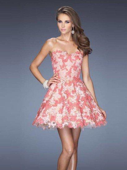 Короткое светлое вечернее платье.