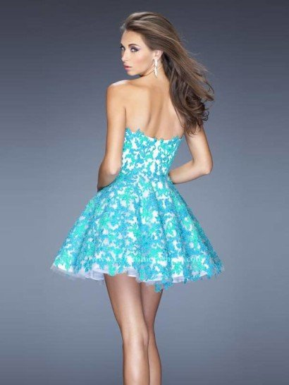 Короткое вечернее платье с открытым декольте.