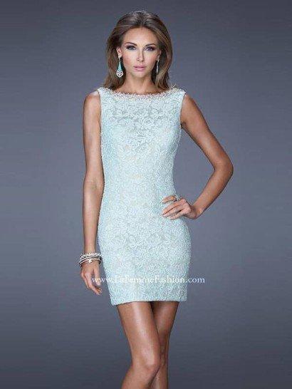 Вечернее платье создаст задорное настроение своим оригинальным кроем.  Передняя часть платья кажется сдержанной, с вырезом бато и прямым кроем.  Сзади же открывается глубокое декольте, которое заканчивается кокетливым бантом.  Вечернее платье выполнено из светло-голубой кружевной ткани и декорировано блестящим серебристым бисером, который образует широкую полосу по всему верху выреза.