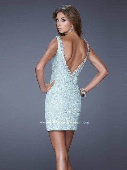 Коктейльное короткое закрытое платье.