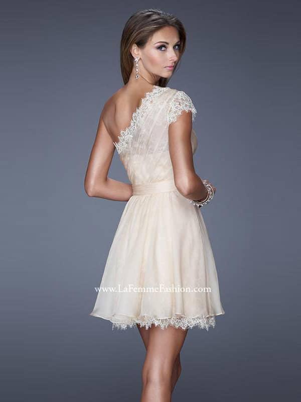 Молочное короткое платья