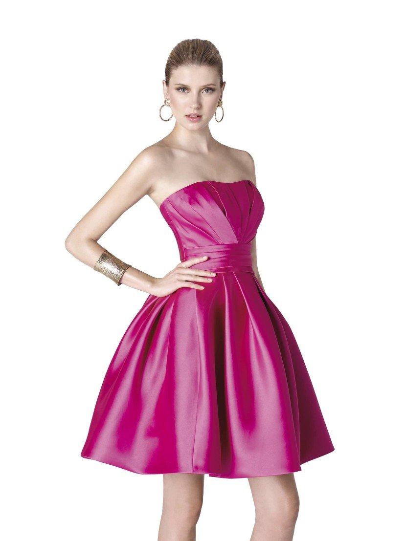 Красивое короткое вечернее платье длиной до середины бедра.