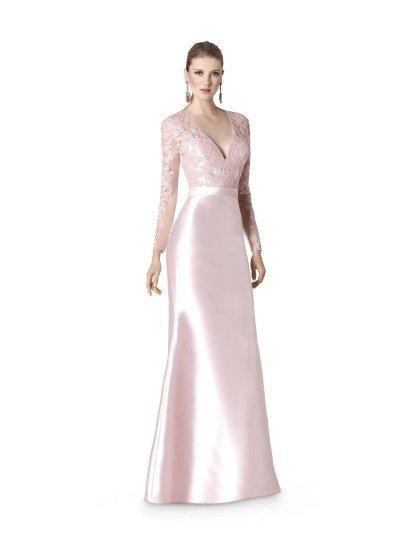Нежное вечернее платье, выполненное в пастельных тонах розового, создает нежный и женственный образ. Классические очертания V-образного декольте превосходно сочетаются с длинным рукавом из тонкой ткани с кружевными аппликациями.  От талии, выделенной небольшим атласным поясом, начинается прямая атласная юбка. Сверкающий розовый материал красиво ниспадает до самого пола, не нуждаясь в дополнительных деталях.  Вечернее платье 2015 года из коллекции It's My Party/ Pronovias Fashion Group /