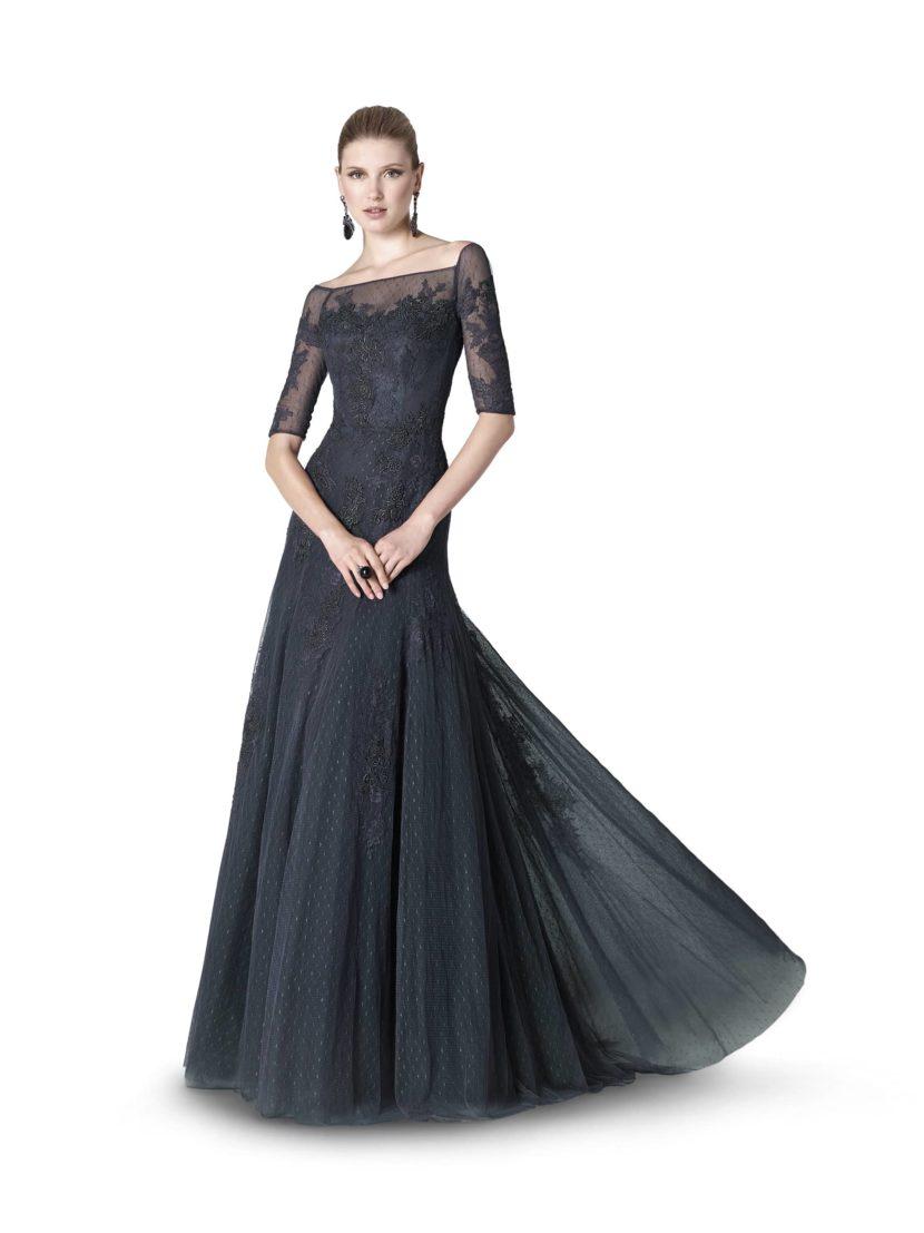 Длинное вечернее платье угольно-черного цвета.