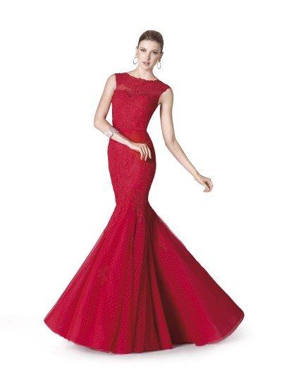Роскошное вечернее платье яркого красного цвета смотрится смело и женственно благодаря облегающему фигуру силуэту «русалка». Закрытый верх с изящным намеком на короткий рукав преображает область декольте любой девушки.  Многослойная пышная юбка от колена привлекает внимание своим кокетливым рисунком в горошек. Для отделки использовано тонкое кружево, покрывающее вечернее платье от верха до линии бедер.  Вечернее платье 2015 года из коллекции It's My Party/ Pronovias Fashion Group /