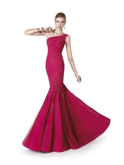 Потрясающее вечернее платье глубокого алого оттенка с ассиметричным кроем лифа. Облегающий силуэт «русалка» в сочетании с верхом с открытым плечом и без рукавов позволяет продемонстрировать всю красоту фигуры, не делая на ней откровенного акцента.  Изысканность вечернему платью придает полупрозрачная ткань в мелкий горошек, использованная для отделки юбки, и кружевные аппликации по лифу и в области талии и бедер.  Вечернее платье 2015 года из коллекции It's My Party/ Pronovias Fashion Group /
