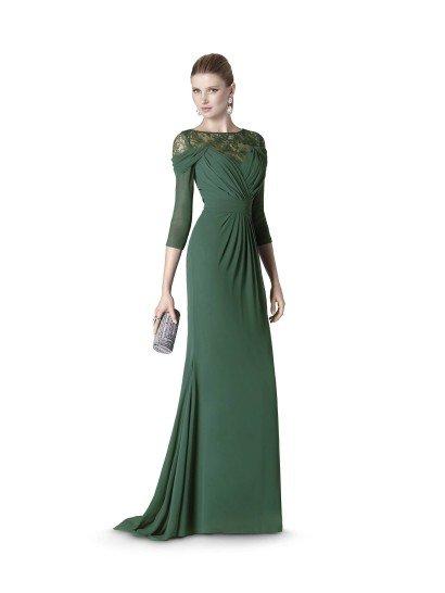 Длинное вечернее платье с рукавами, созданное для девушек с изысканным вкусом.  Глубокий оттенок зеленого подходит к разным типам внешности, а прямой крой с мягкими и объемными драпировками ткани преображает фигуру.  Оригинальный крой верха со спускающимися с плеч рукавами подчеркивается полупрозрачной ажурной тканью в тон вечернему платью, скрывающей декольте.  Финальным штрихом в образе служит небольшой элегантный шлейф.  Вечернее платье из коллекции It's My Party/ Pronovias Fashion Group /