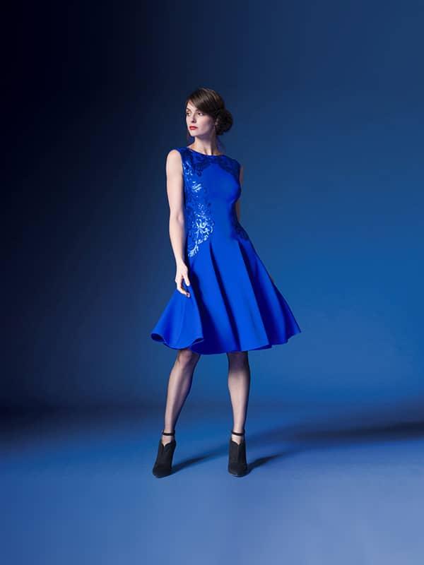 Короткое вечернее платье синего цвета.