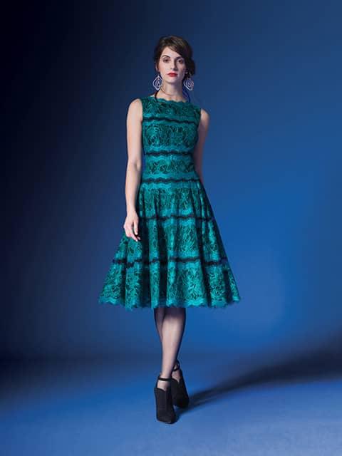 Стильное короткое вечернее платье.