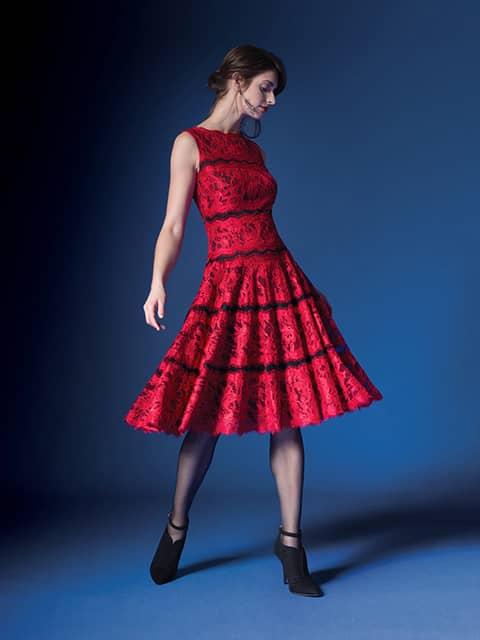 Красное вечернее платье с юбкой А-силуэта.