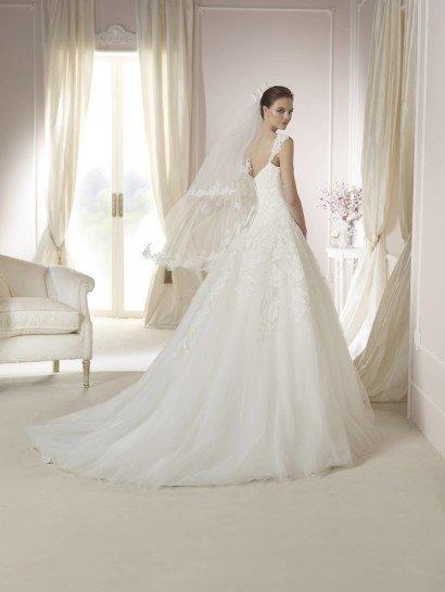 Свадебное платье А-силуэта с многослойным шлейфом.