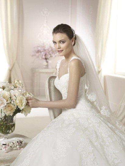 Свадебное платье с многослойным шлейфом.