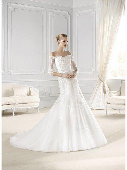 Свадебное платье элегантно оформлено и потрясающе скроено. Облегающий лиф с полупрозрачным рукавом преображает фигуру, а расширяющаяся от линии бедер пышная многослойная юбка придает образу роскошную выразительность.  Отделка идеально подходит к настроению образа. Она выполнена из кружева с цветочным мотивом, использованного в качестве аппликаций.