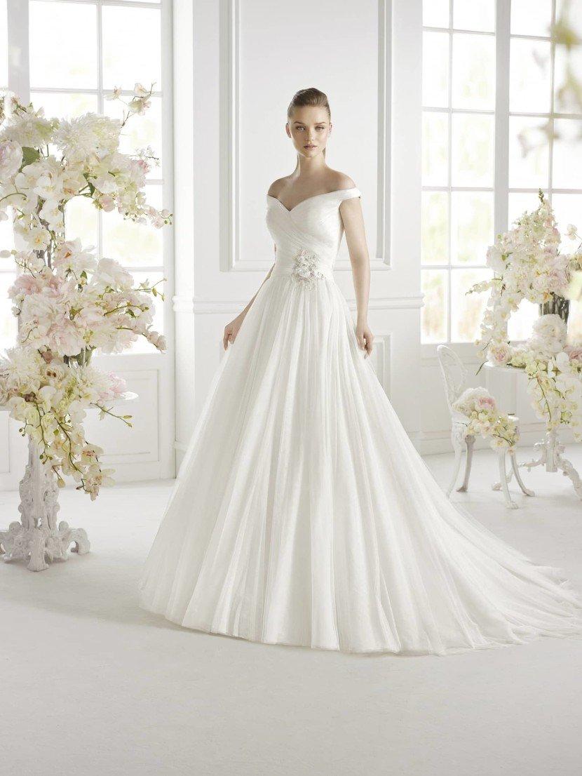 Открытое свадебное платье GEVA от Avenue Diagonal.