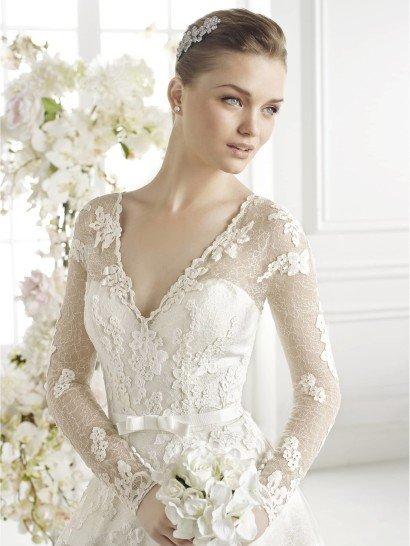 С рукавами свадебное платье GIOVANNA от Avenue Diagonal.