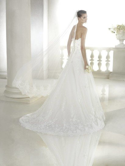 Открытое классическое свадебное платье.