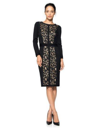 Вечернее платье черного цвета гармонично сочетает роскошную золотую отделку с классическими линиями силуэта. Прямой крой мягко облегает фигуру, длинные рукава и вырез лодочкой придают образу загадочность, а пояс подчеркивает линию талии.  Спереди платье украшено кружевной вставкой. Черное кружево на золотом фоне выглядит ярко и выразительно, его растительный мотив гармонично вписывается в настроение образа.  Платье идеальноподойдет для встречи Нового Года 2018!