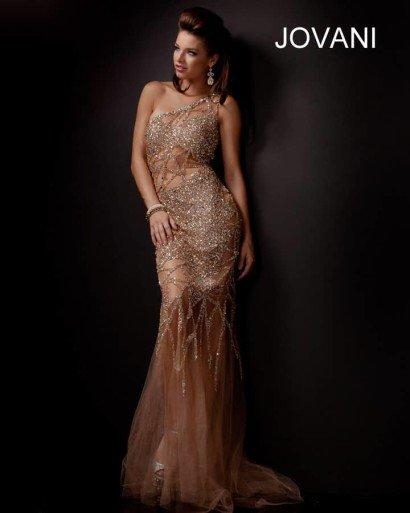 Сияющее вечернее платье с юбкой в пол плотно облегающее фигуру.