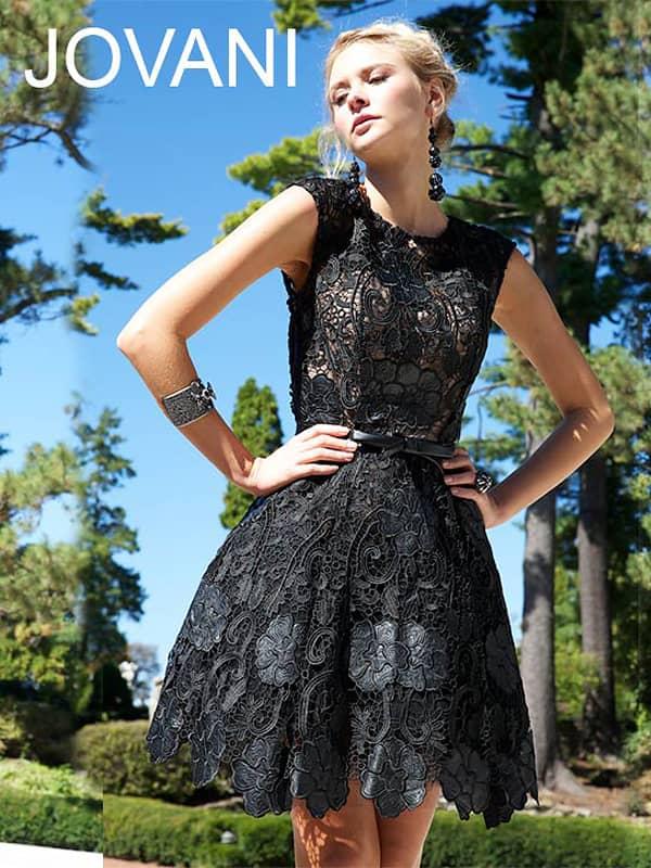 Короткое черное вечернее платье.