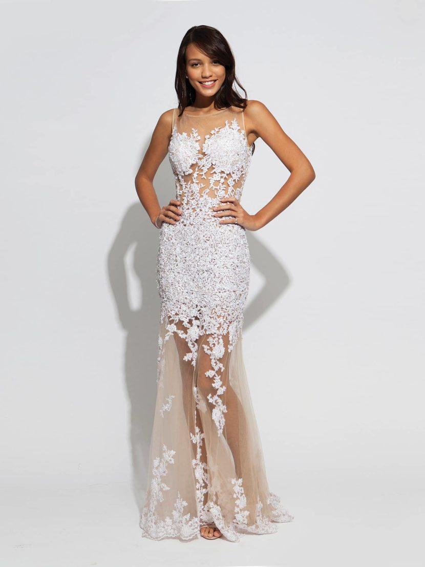Вечернее белое платье из прозрачной ткани.