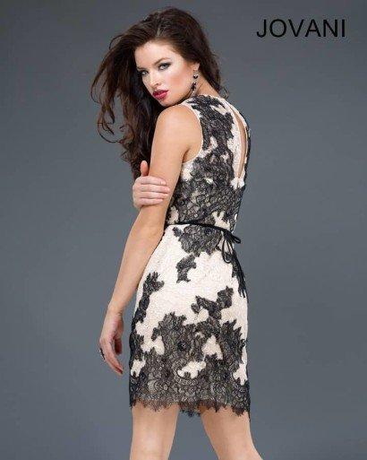 Короткое вечернее платье с кружевной отделкой.