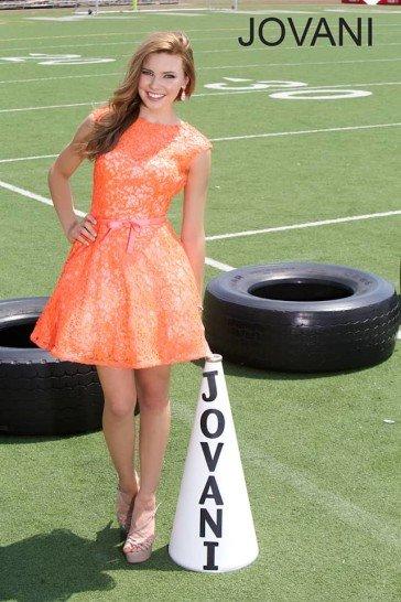 Оранжевое короткое выпускное платье.